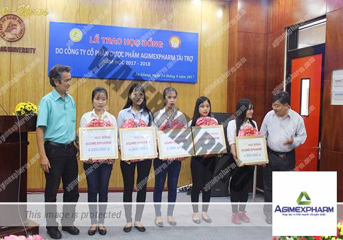 Sinh viên Trường ĐHAG nhận học bổng Agimexpharm