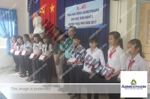 Châu Phú trao học bổng Agimexpharm cho 18 em học sinh nghèo vượt khó học giỏi
